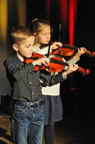 Zwei Kinder der Sing- und Musikschule spielen Violine